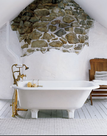 Decorar un baño estilo antiguo con la pared de piedra natural