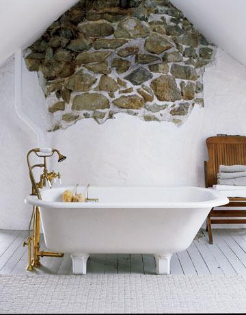 Decorar un baño estilo antiguo con la pared de piedra natural