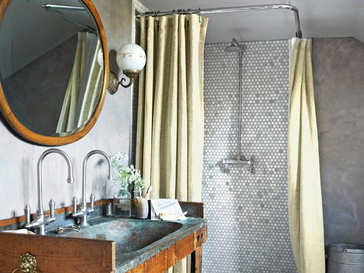 Lavabo rústico con lavamanos de madera y metal