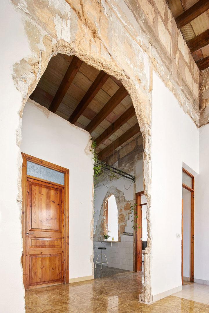 Casa restaurada en Palma de Mallorca con arcos en las paredes rotas