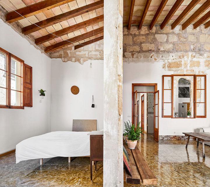 Dormitorio en una vivienda restaurada en Mallorca, España