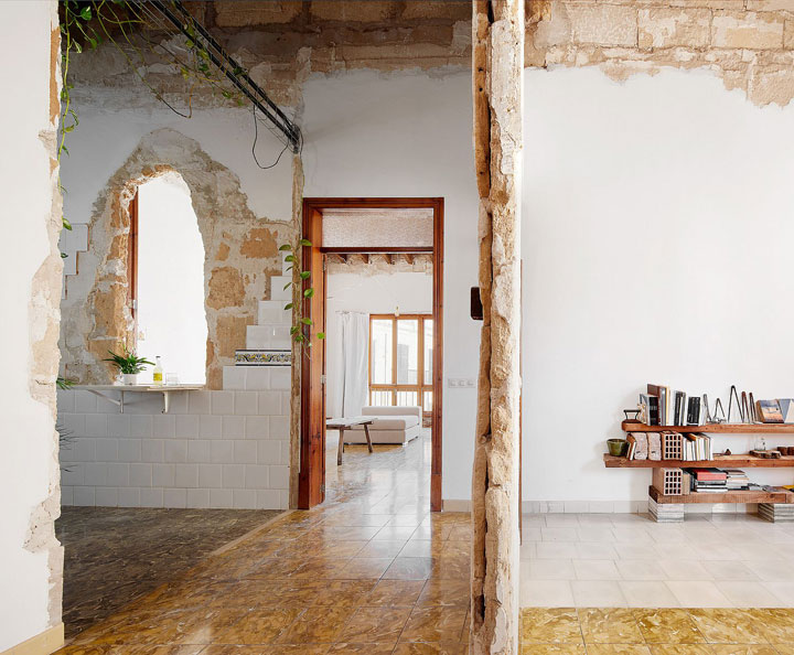 Interior restaurado en una casa vieja de Mallorca