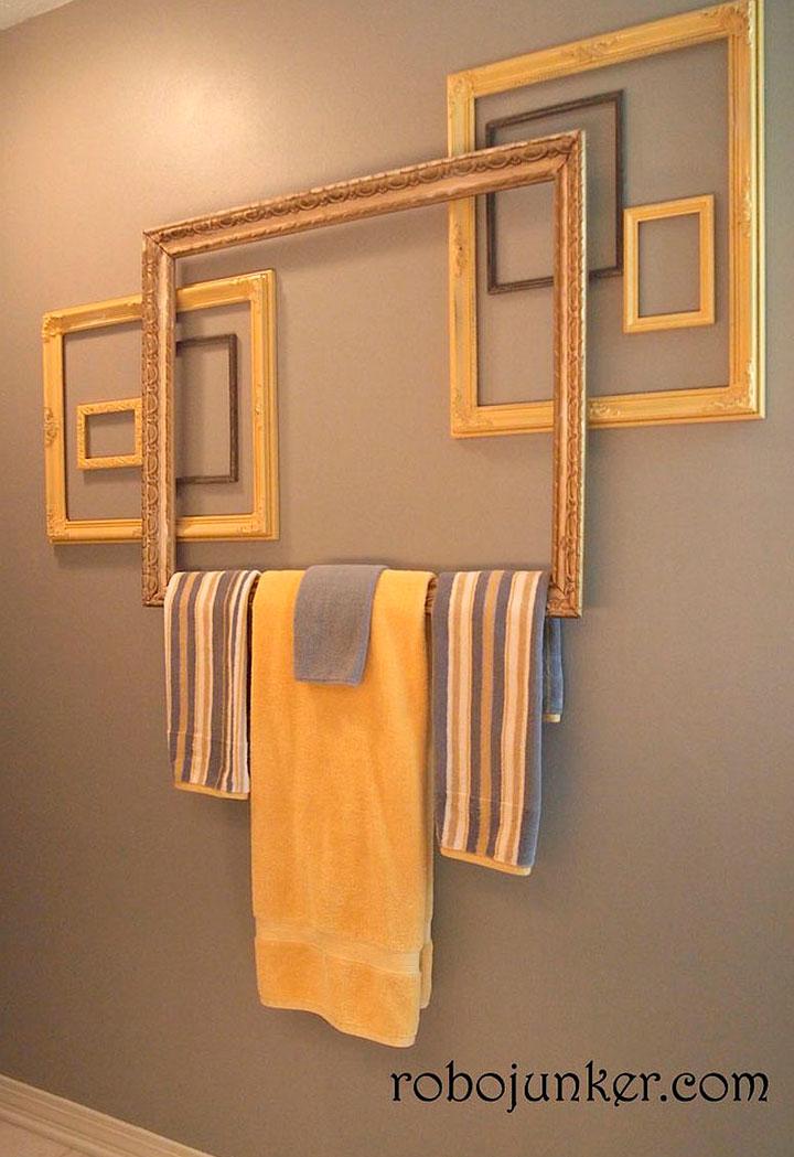 Usar marcos de cuadros como colgadores de toallas
