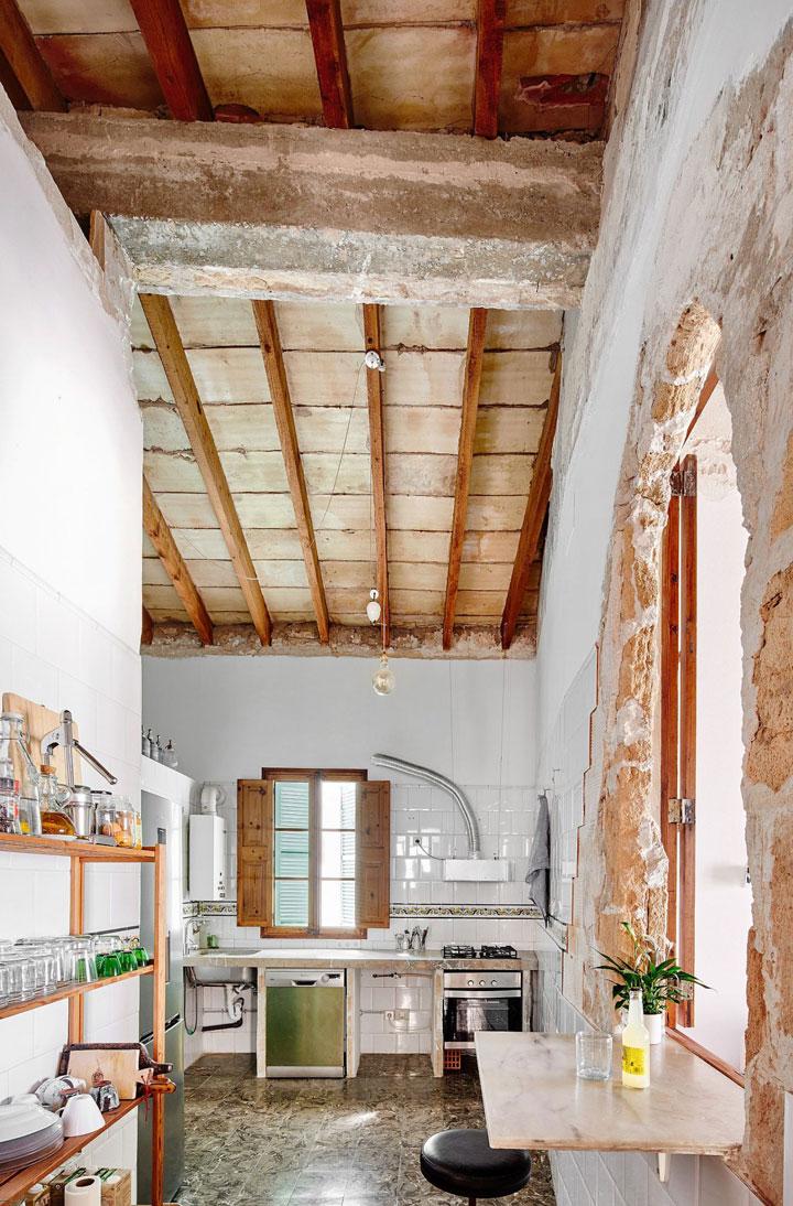 Viejos arcos en paredes derruidas
