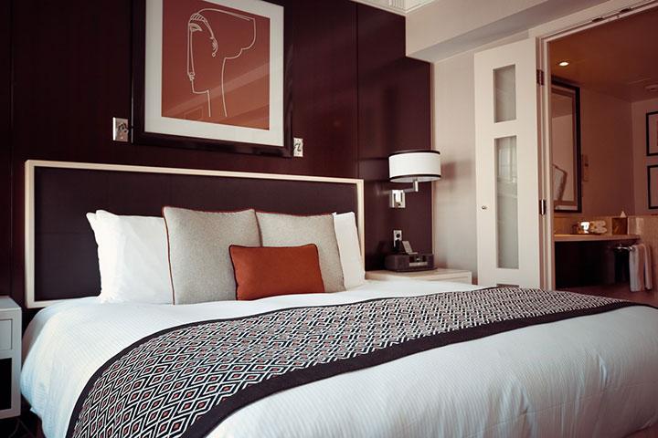 La cama es el centro decorativo del dormitorio