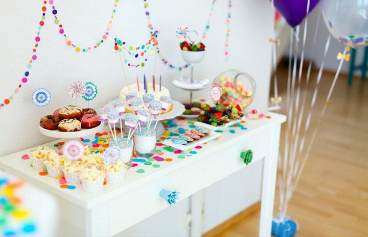 Decoración de una mesa con golosinas para celebraciones