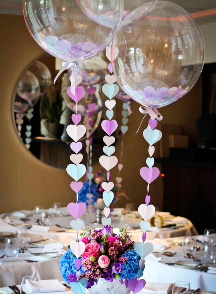 decoración de la mesa con globos en aniversario