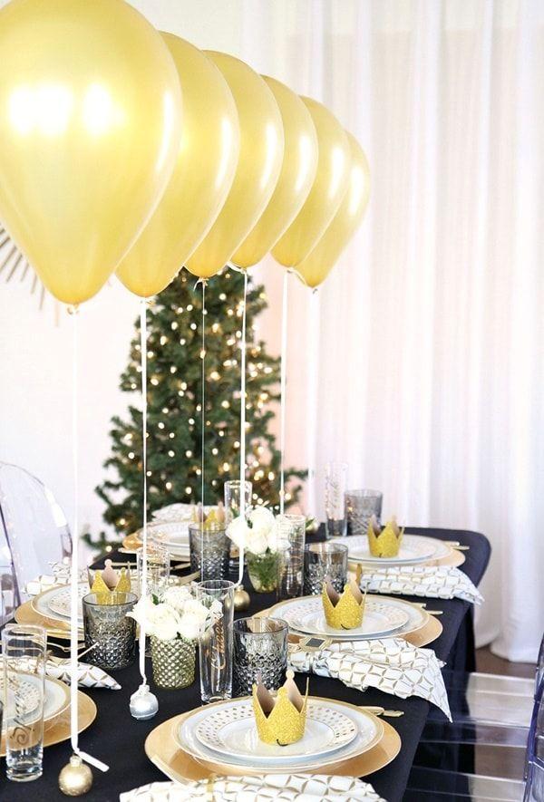 Decoración con globos dorados en Nochevieja