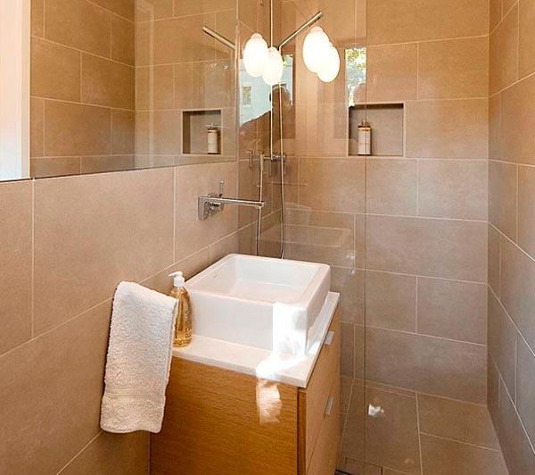 Baños pequeños con ducha en tonos neutros