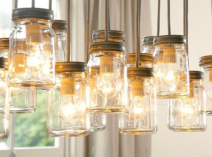 Decoración rústica reciclada con lámparas hechas de botes de cristal