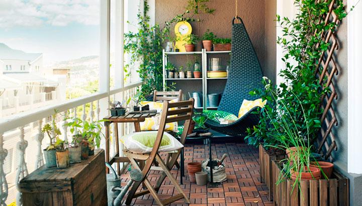 Jardines en balcones vintage con madera rústica