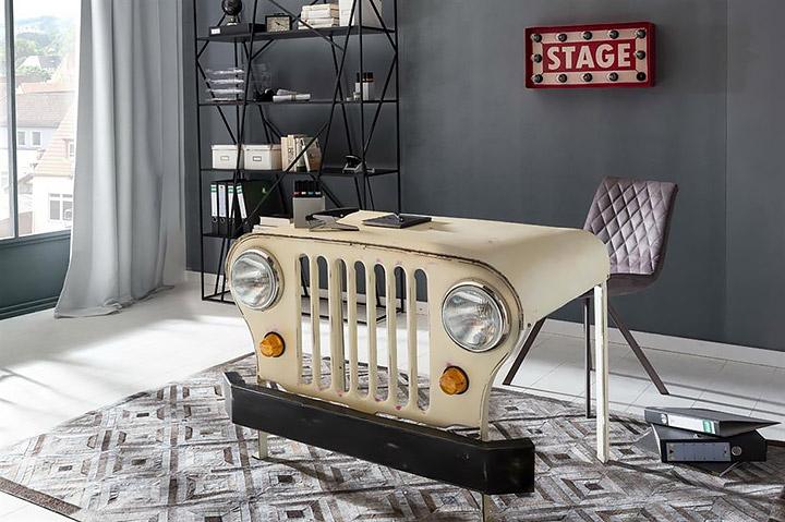 Reconvertir el capó de un coche como mesa de escritorio rústica