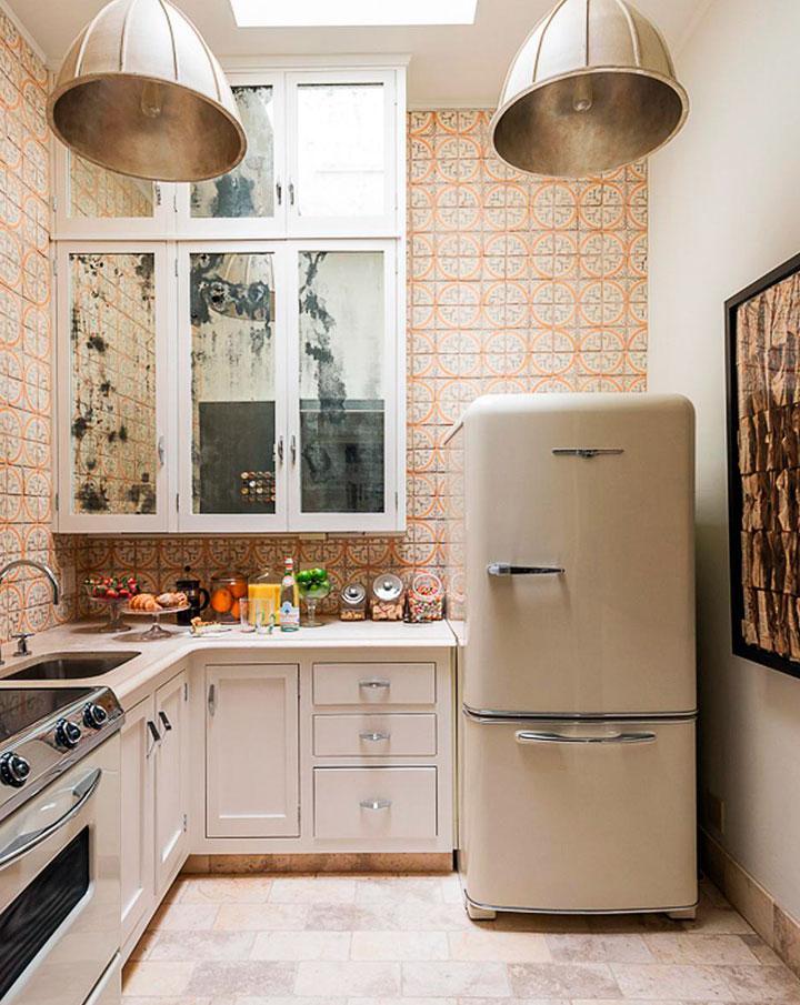 Cocina pequeña con decoración ecléctica retro