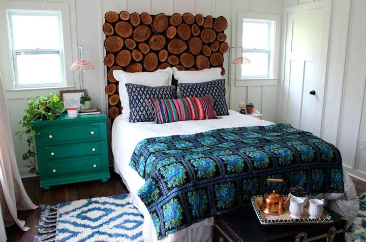 Decorar habitación ecléctica con cabecero de troncos