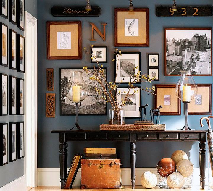 Recibidor ecléctico decorado con cuadros en las paredes