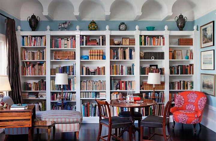 Salón de decoración ecléctica con una gran librería