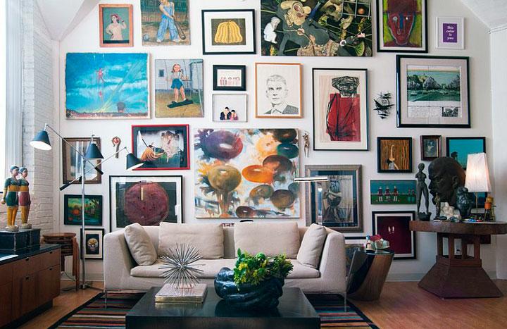 Salones con decoración ecléctia con cuadros en la pared