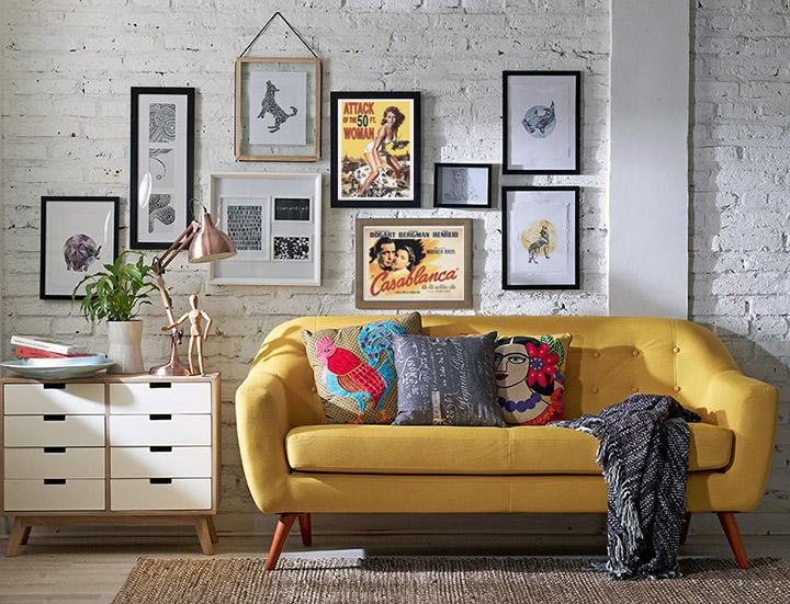 Posters de películas antiguas para decorar el salón sobre el sofá