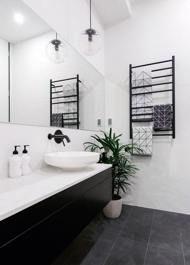 Cuarto de baño decorado en color blanco y negro