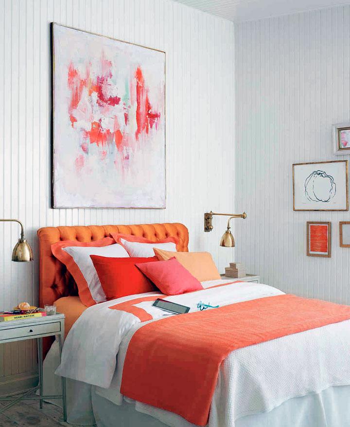Paredes blancas y cama naranja