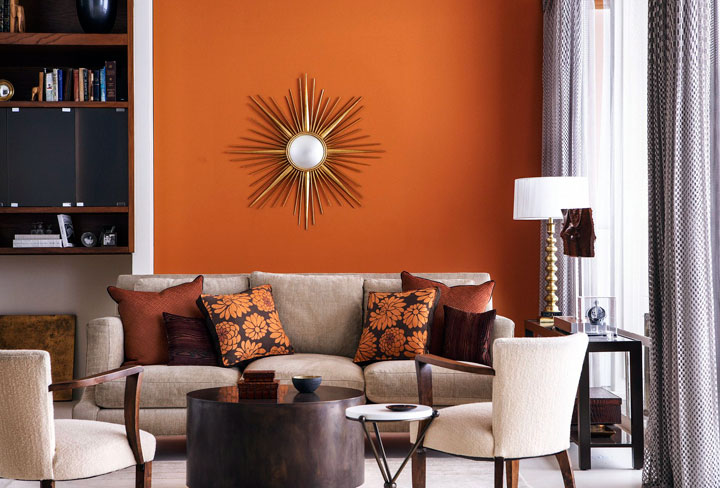 Decorar con paredes naranjas y muebles marrones