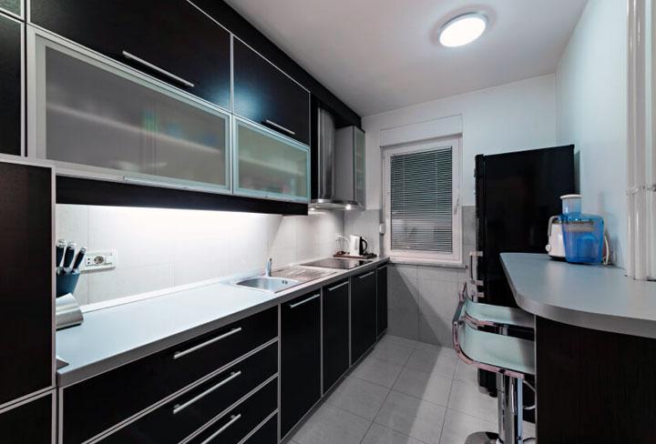 Cocina integral en blanco y negro