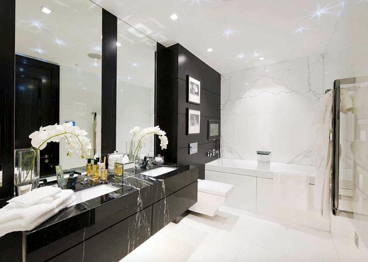 Baño grande blanco y negro bien iluminado