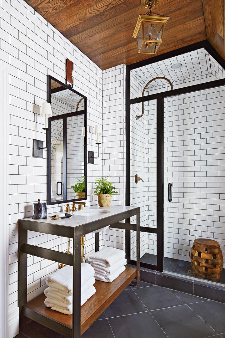 Baños blanco y negro con madera