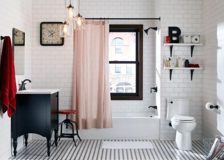 Baño blanco y negro con rojo