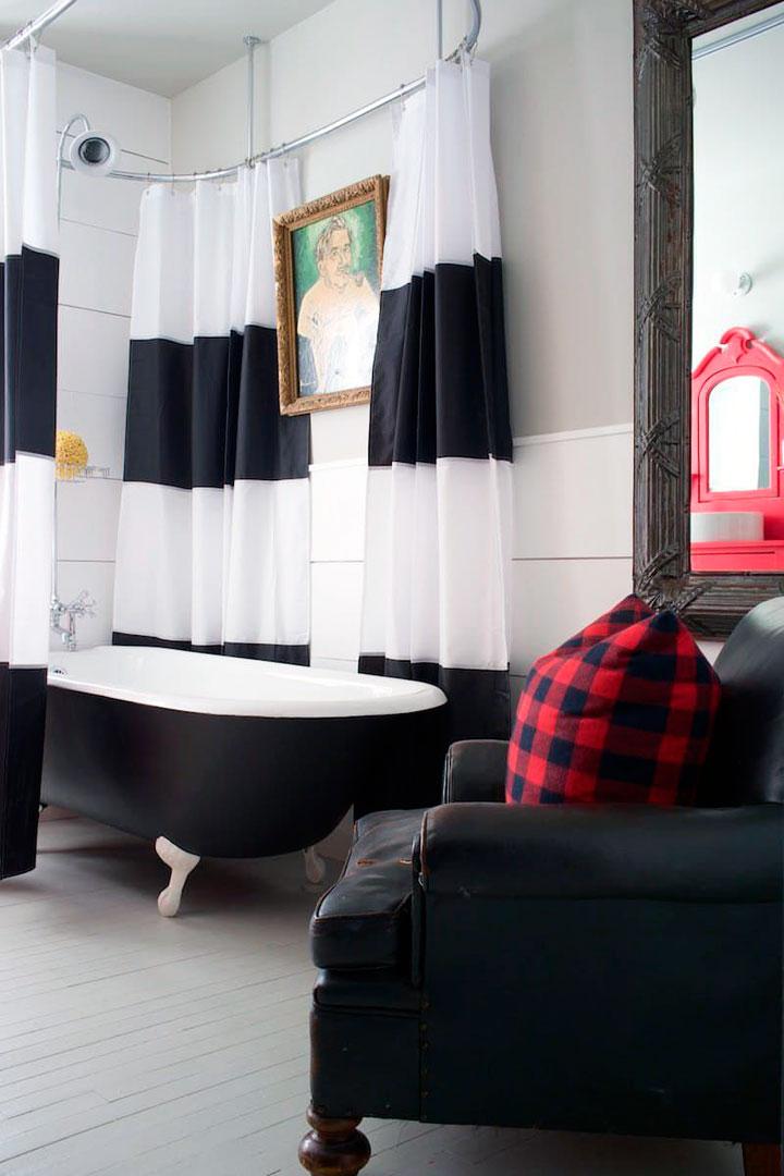 Baños blanco y negro con bañera retro antigua