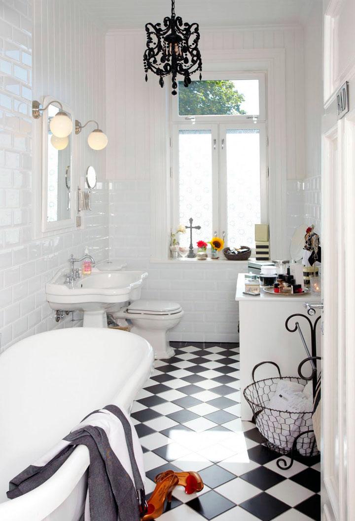 Baños decorados en blanco y negro con bañera