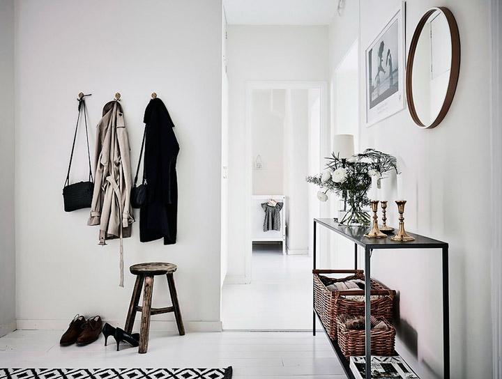 Decorar el recibidor blanco con muebles negros