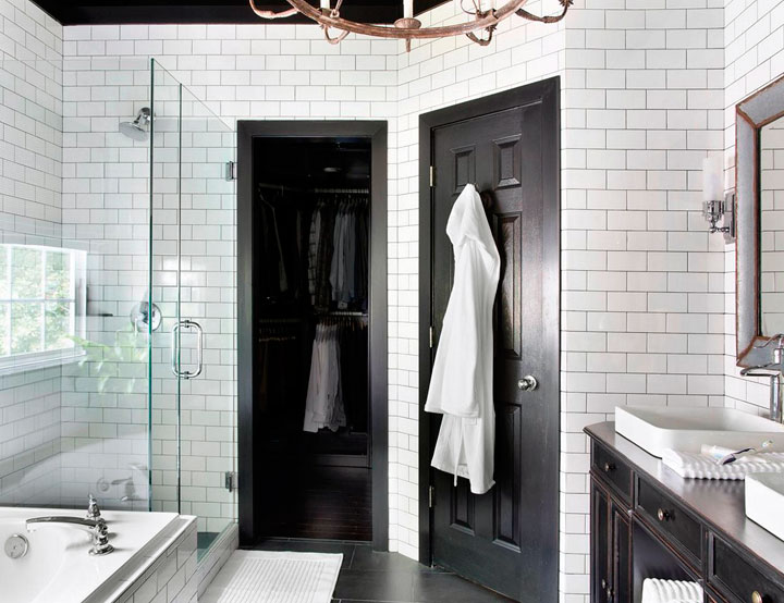 Rediseño de un baño con ducha en color blanco y negro