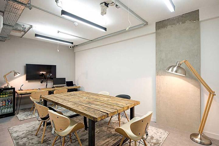 Estilo de decoración industrial en oficinas de diseño
