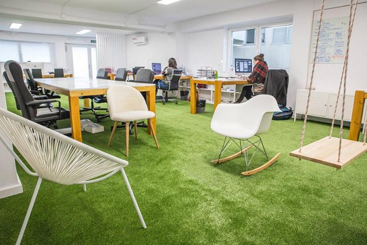 Zona de relajación en la decoración de una oficina