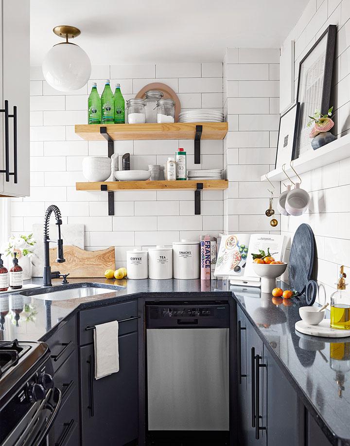Cocina blanco y negro en un piso pequeño