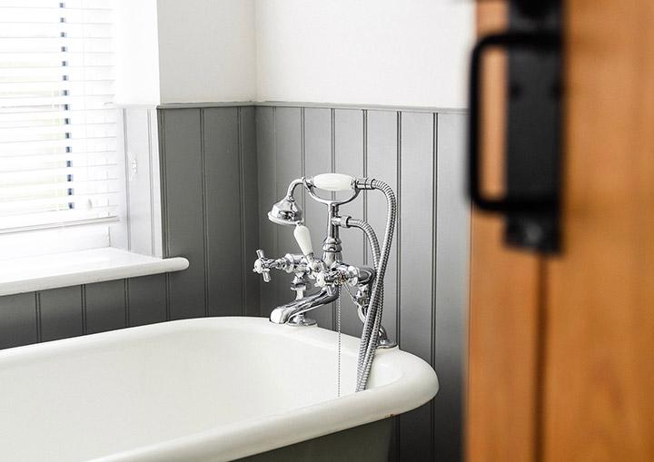 Aprende cómo alicatar un baño sin usar azulejos