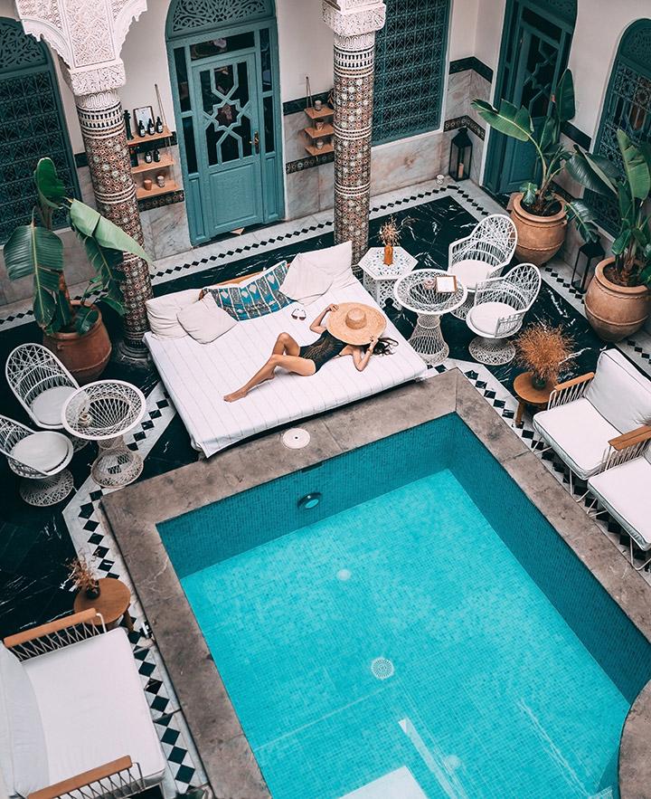 Piscina turquesa en un patio interior