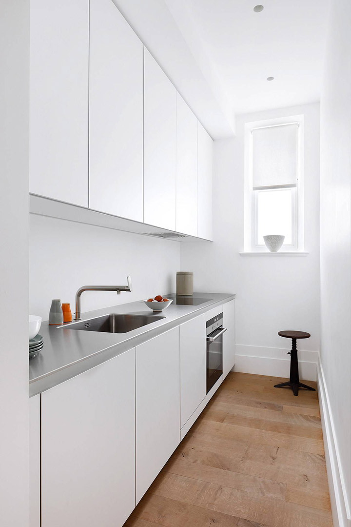 Cocinas blancas alargadas minimalistas