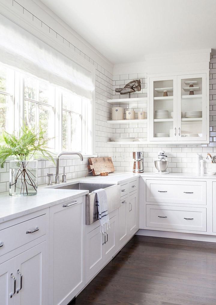 Cocina blanca alargada estilo vintage