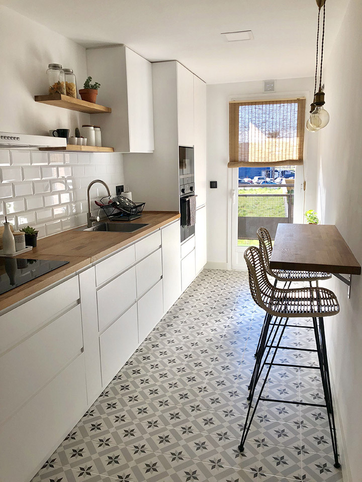 Cocina moderna alargada con barra de desayuno