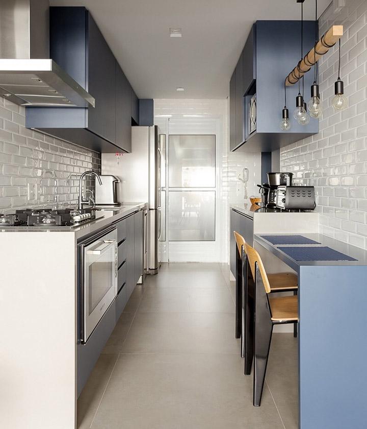 Cocina moderna alargada blanca y gris