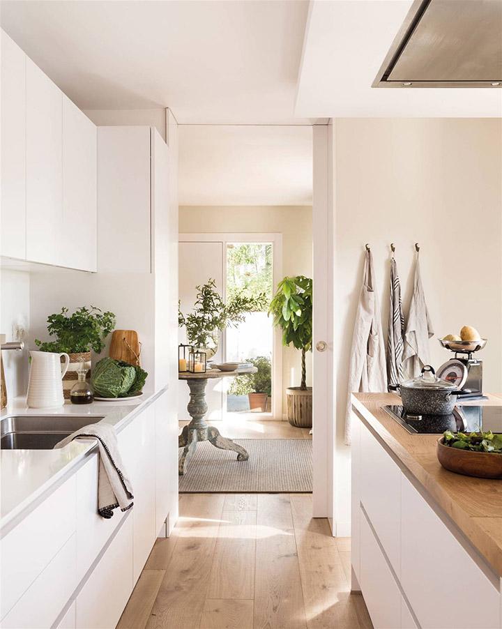 Cocina moderna blanca con isla central