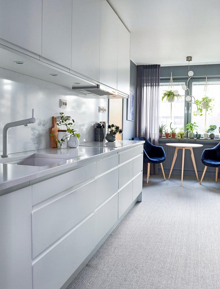 Cocina moderna rectangular con mesa de desayuno