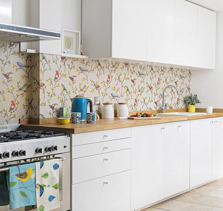 Cocina blanca alargada con encimera de madera