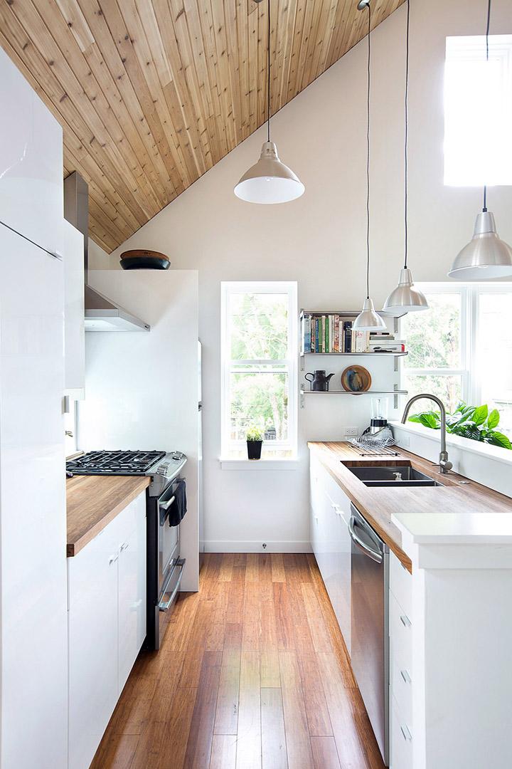 Cocinas blancas alargadas y estrechas