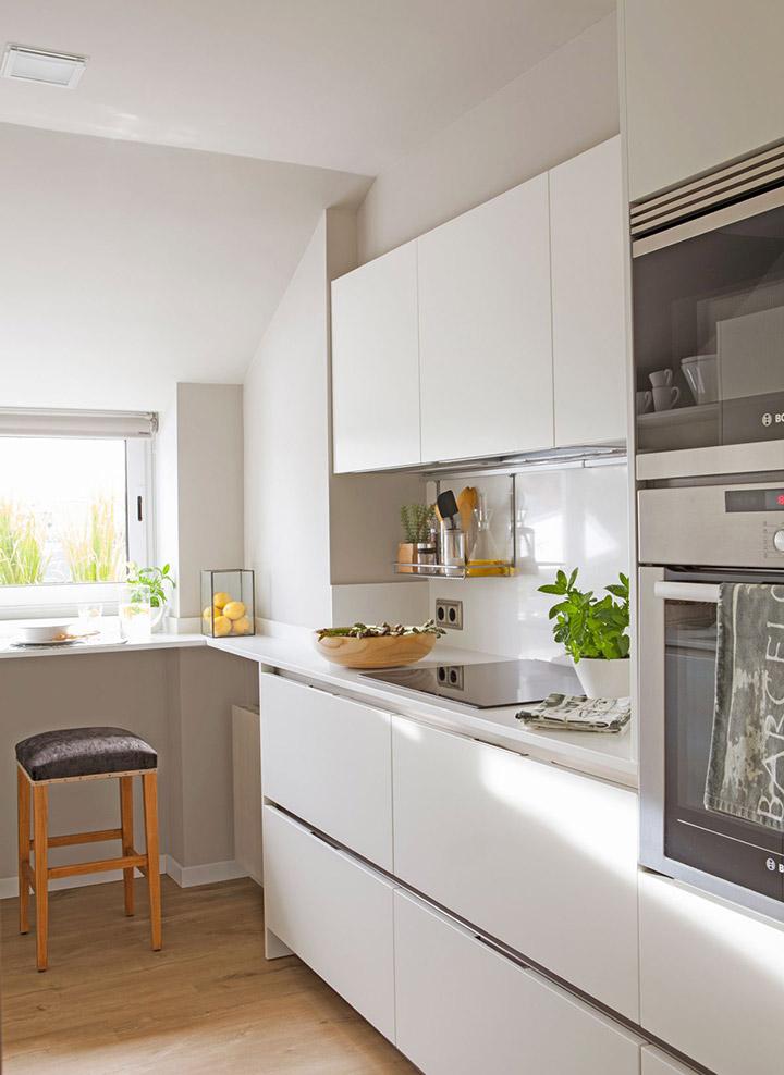 Cocinas blancas alargadas pequeñas