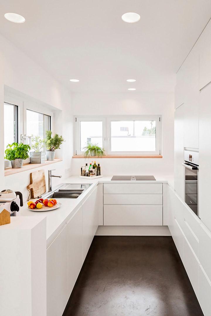 Cocinas blancas y grises alargadas