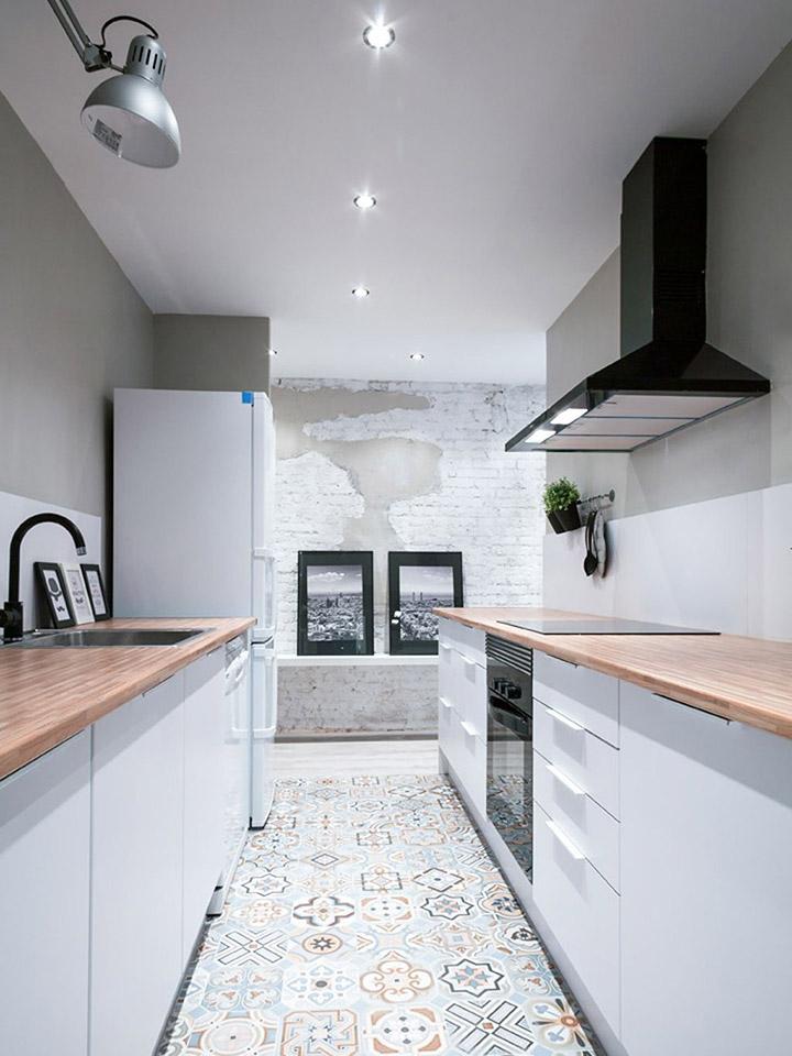 Cocinas modernas alargadas con suelo hidráulico