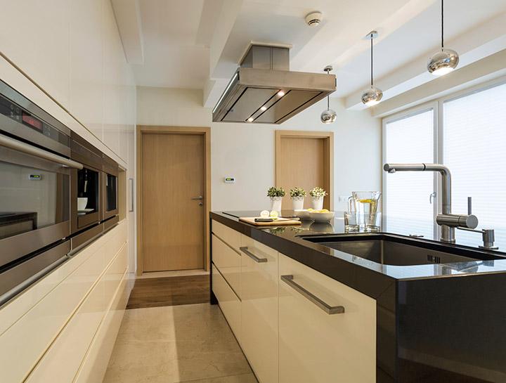 Cocinas modernas con ventanas rectangulares